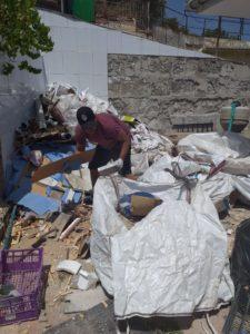 Hombre recogiendo escombros